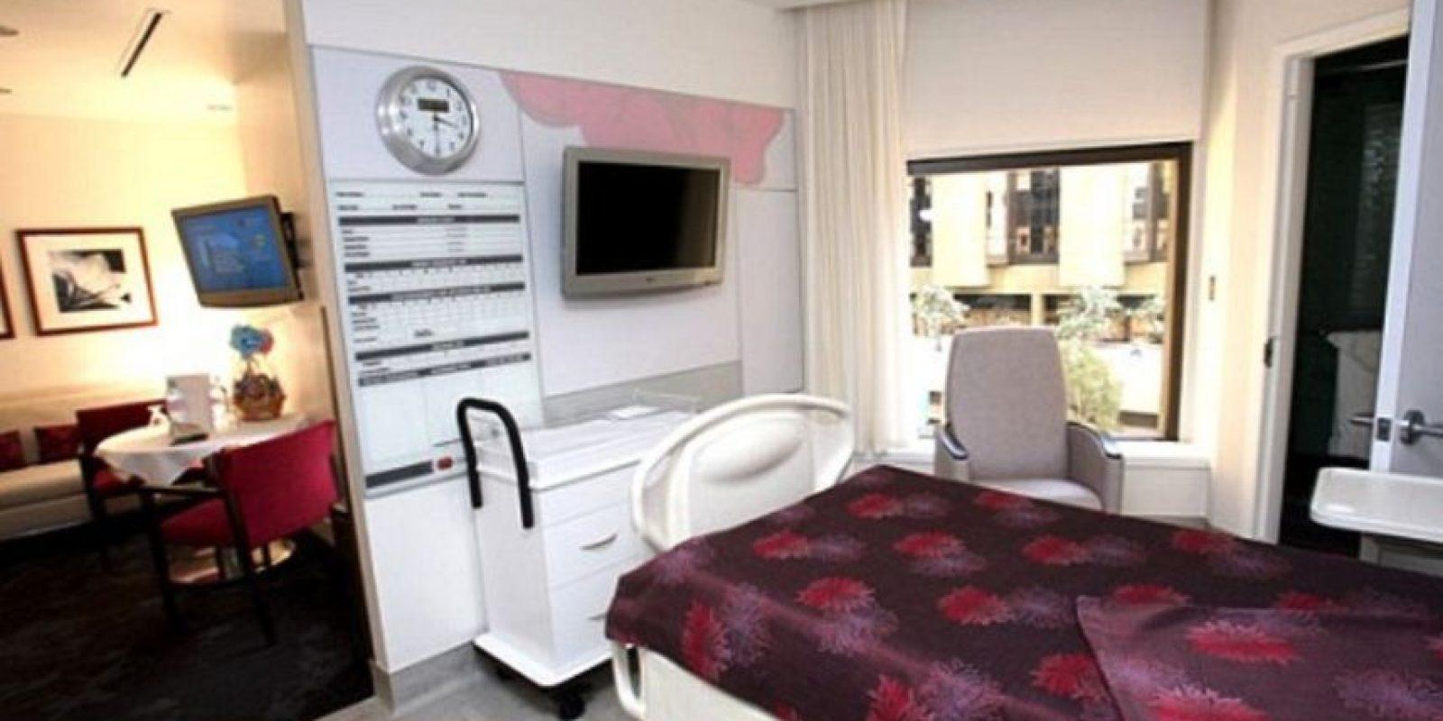 Este lugar ofrece suites con dos baños, una habitación para el paciente y otra para sus huéspedes, así como una sala con comedor, televisión y servicio de comida. Foto:Cedars-Sinai Medical Center