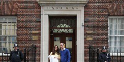 La duquesa de Cambridge recibió a sus hijos en e hospitall St Mary's de Londres, el cual cobra hasta 15 mil dólares por noche. Foto:Getty Images