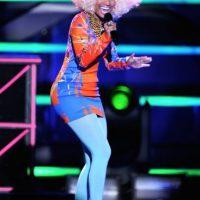 En sus inicios acostumbraba salir al escenario con coloridos atuendos y pelucas. Foto:Getty Images