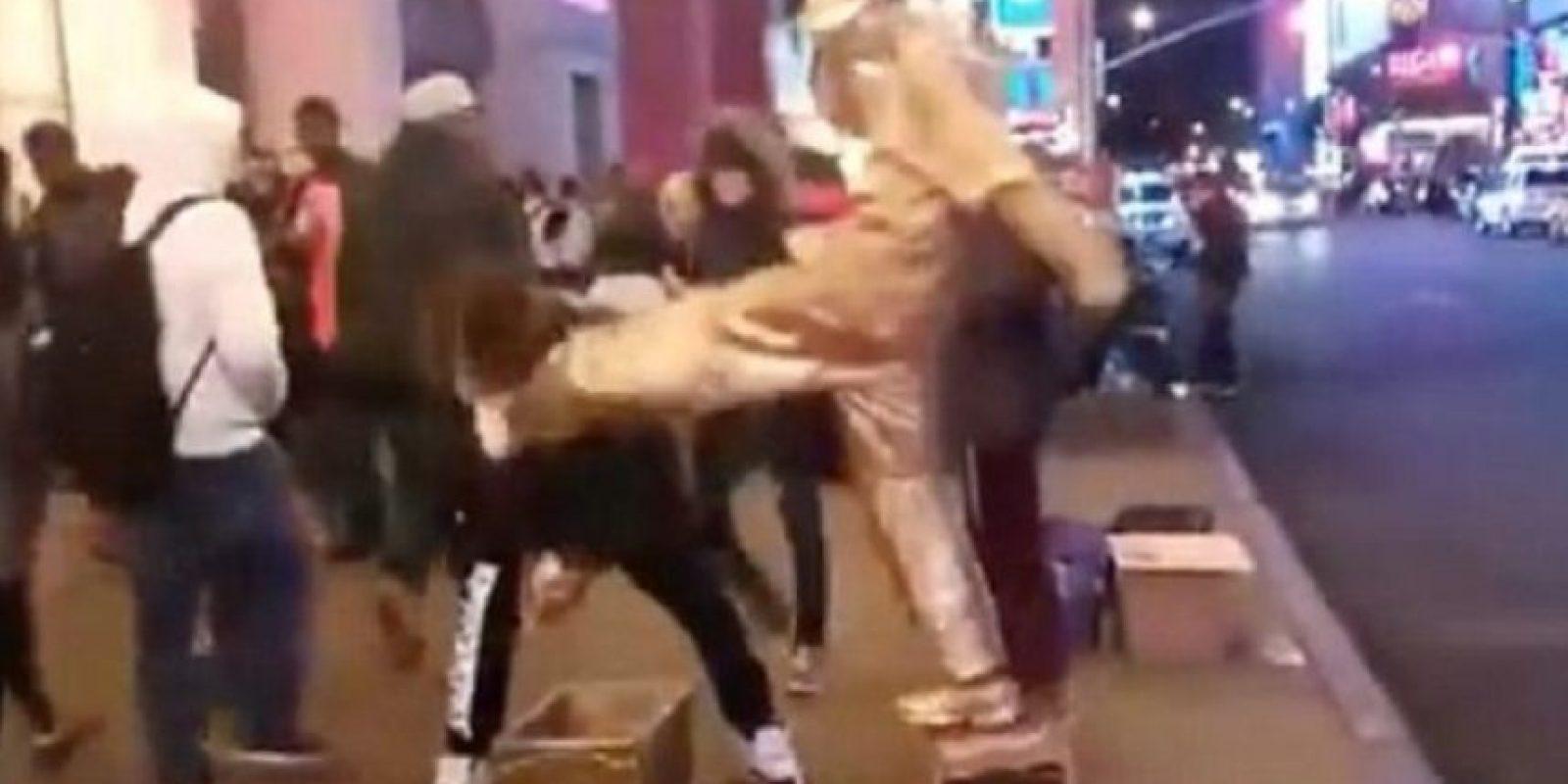 """El video, subido por Jason King, fue titulado: """"Lo que sucedió fuera de #McDonaldsTimesSquare"""". Foto:Youtube/Jason King"""
