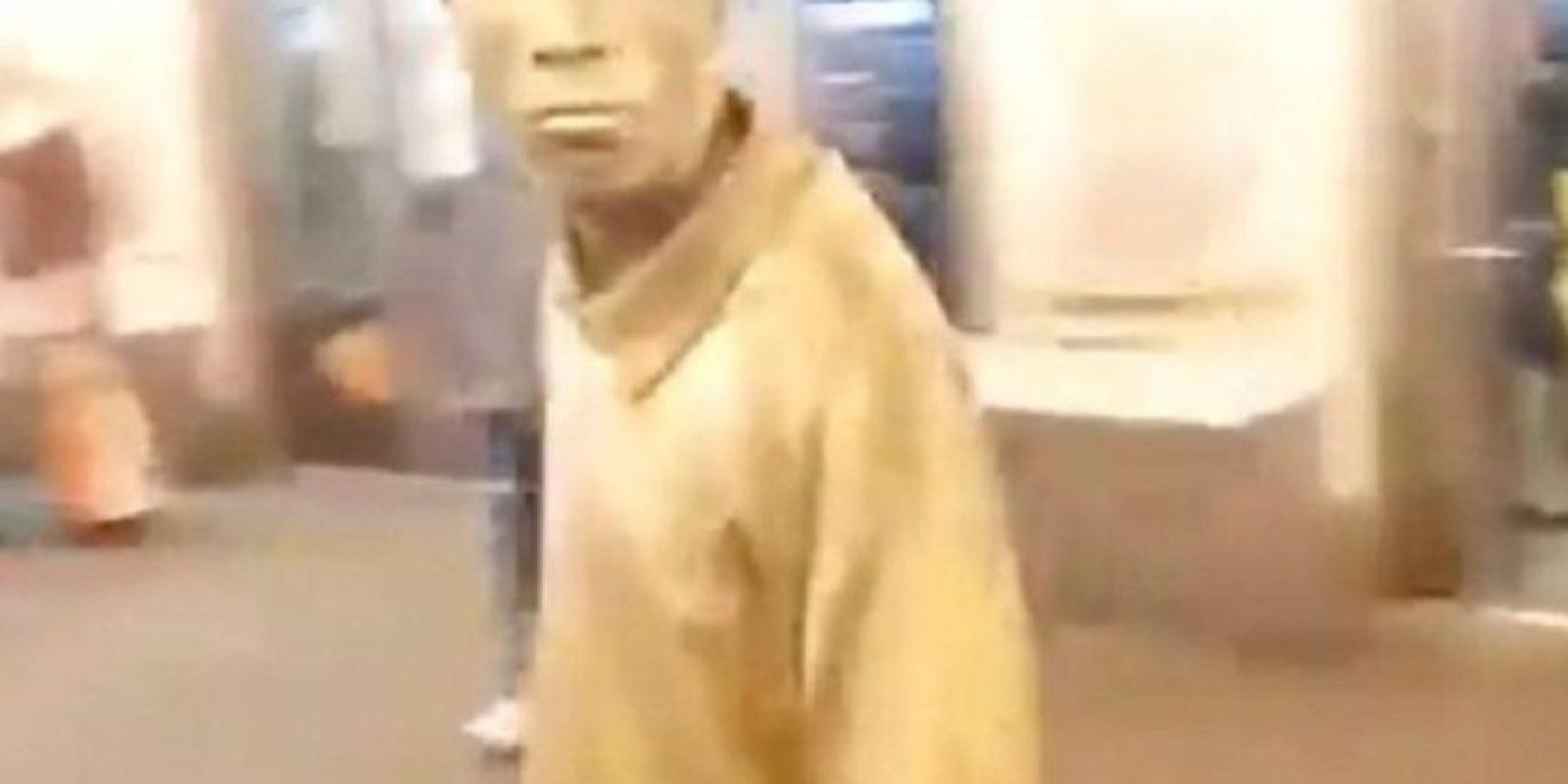 """Intenta robar a """"estatua humana"""" y recibe una patada en la cara Foto:Youtube/Jason King"""