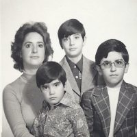 Alejandro Fernández junto a su madre y a sus dos hermanos mayores. Foto:Instagram/alexoficial