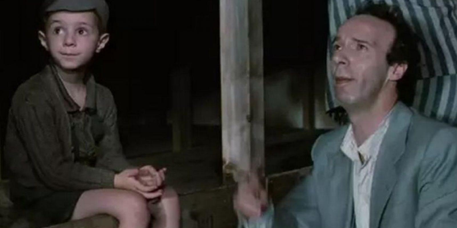 """4- """"La vida es Bella"""". La historia está parcialmente basada en la experiencia real del padre de Benigni, que logró sobrevivir a tres años de internamiento en Bergen-Belsen. ganó tres Óscar: mejor banda sonora, mejor actor y mejor película extranjera en la ceremonia de 1998. Foto:Miramax"""