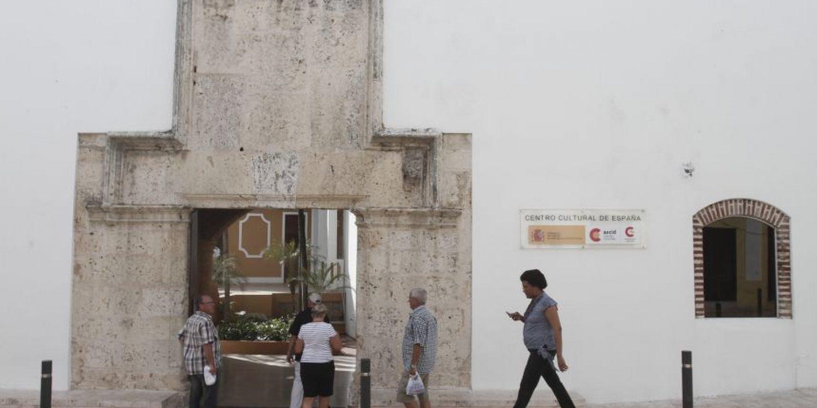 Sus inicios. Este refugio del arte y cultura nace en el año de 1990 bajo el nombre de Instituto Dominicanode Cultura Hispánica. Luego cambió el nombre a Centro Cultural Hispánico hasta llegar a sunombre actual, Centro Cultural de España en Santo Domingo CCESD. Forma parte de la Red deCentros Culturales de la Agencia Española de Cooperación Internacional para el Desarrollo,conocido por sus siglas como AECID. Su construcción data del período colonial dominicano yalberga interesantes elementos arquitectónicos en su estructura, los cuales constituyen untestimonio de gran valor histórico y arquitectónico.