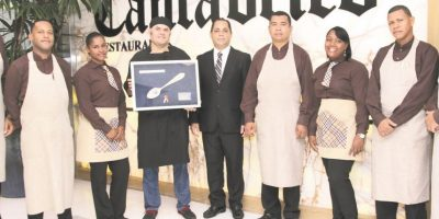 El chef Nacho Alonso, junto al equipo del restaurante Foto:Henry Coradín