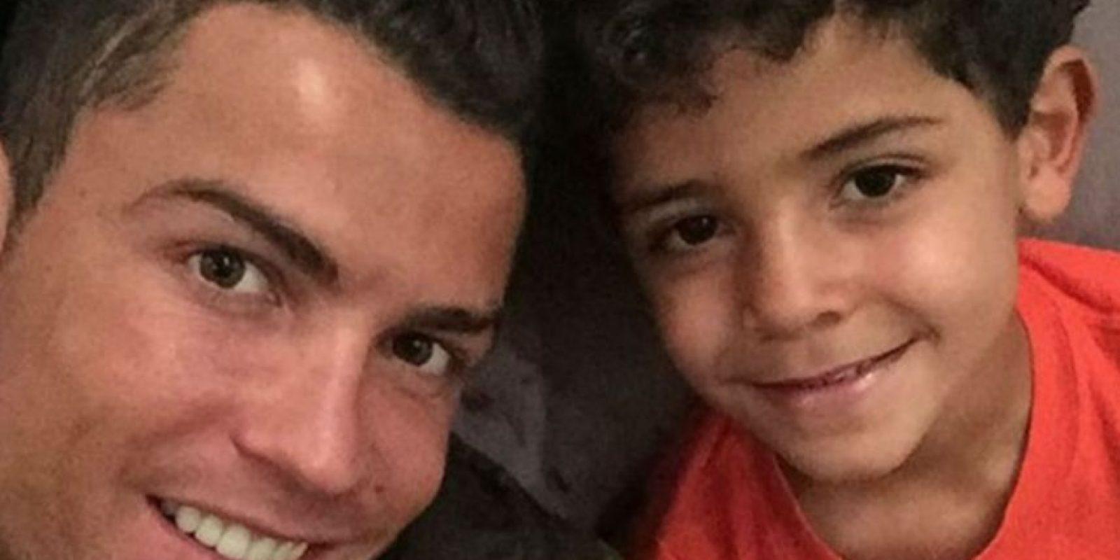 Cristiano Ronaldo y su hijo de han solidarizado con la capital francesa. Foto:instagram.com/cristiano