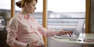 2- Beneficios de las embarazadas. Otra de las violaciones más frecuentes en la relación empleado- empleador es el desahucio en contra de la trabajadora en su estado de embarazo. Es también totalmente nulo su despido antes de los tres meses después del parto.Las trabajadoras embarazadas tienen la prerrogativa de que pueden decidir de manera unilateral cuándo optar por disfrutar de su derecho de vacaciones, siempre que sean tomadas después de su descanso postnatal.Después del parto las trabajadoras embarazadas tienen derecho a descanso. Es decir, la legislación establece que la trabajadora embarazada tiene derecho a tres descansos de veinte minutos diarios por un periodo de 12 meses luego del parto; esto con la intención de que la madre pueda trasladarse a su casa para brindar a su bebé las atenciones correspondientes. Foto:Fuente Externa