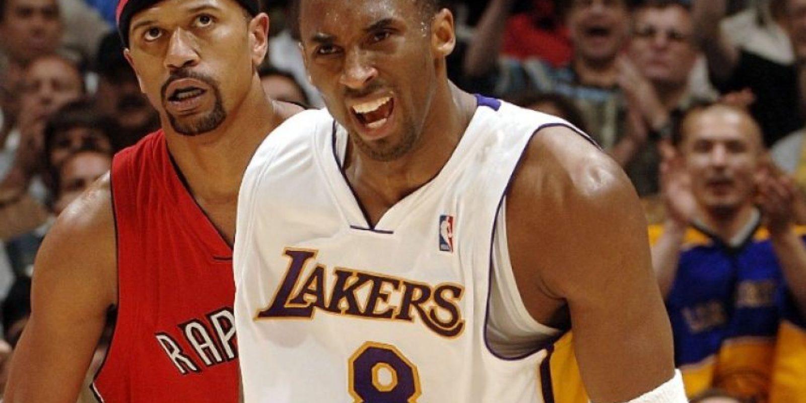 """Explosión frente a Raptors. El 22 de enero del 2006, Kobe Bryant encestó 81 puntos ante los Raptors de Toronto, siendo este el mayor total de puntos en un partido en su carrera y el segundo total más alto en un encuentro en la historia de la NBA, detrás de los 100 que anotó Wilt Chamberlain. En ese encuentro la """"Mamba Negra"""" lanzó de 46-28 en tiros de campo, incluyendo de 13-7 en tiros de tres y de 20-18 en tiros libres en 41:51 minutos en la cancha, en la victoria 122-104 de los Lakers. Foto:Fuente Externa"""