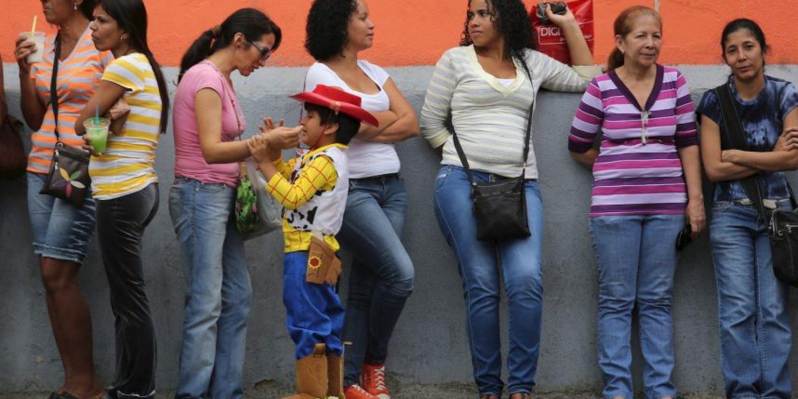 Nicolás Maduro ganó con el 50.61% de los votos (siete millones 587 mil 532), mientras que el opositor Henrique Capriles, principal competidor y representante de la coalición Mesa de la Unidad Democrática, obtuvo el 49.12% de los votos (siete millones, 363 mil 980). Foto:Getty Images