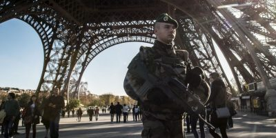La emblemática torre es resguardada por policías y militares. Foto:Getty Images