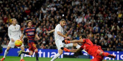 El portero chileno dle Barcelona, Claudio Bravo, contuvo tres claras ocasiones de gol del Madrid Foto:AFP