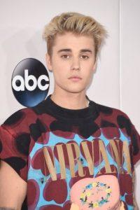 Además, la camiseta tenía la tipografía que usaba la banda liderada por Kurt Cobain en 1990. Foto:Getty Images