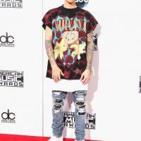 Justin Bieber llegó a la alfombra roja de los American Music Awards con un look que desató la furia de los fanáticos de Nirvana. Foto:Getty Images