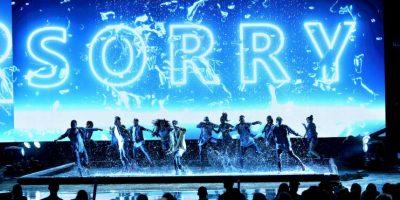 """Justin Bieber cantó """"Sorry"""" bajo la lluvia en el escenario del Microsoft Theater de Los Ángeles. Foto:Getty Images"""