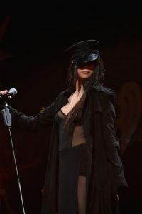 Selena Gómez presumió sus tonificadas piernas durante un evento navideño organizado por una estación de radio por Internet. Foto:Getty Images