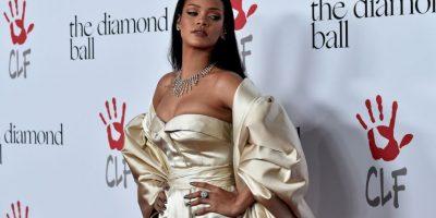 Luciendo un espectacular vestido, Rihanna se presentó en la alfombra roja del evento. Foto:Getty Images