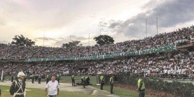 Emotivo homenaje en Medellín a la hora que se jugaría el partido