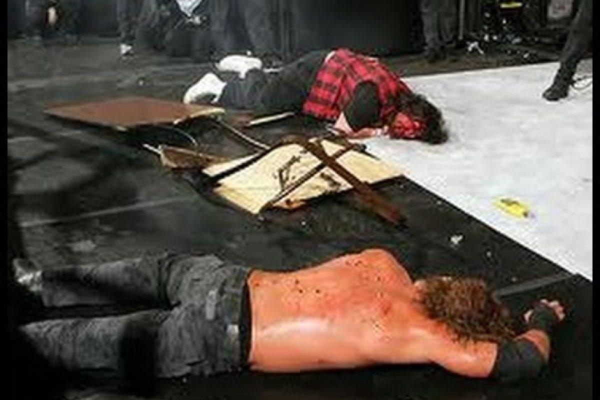 Mick Foley tambén protagonizó otra sangrienta y espectacular pelea contra Edge, en Wrestlemania XXII Foto:WWE
