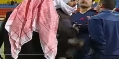 Por una expulsión, el dueño del Al Jahra, se metió a la cancha para reclamar la decisión arbitral. Foto:YouTube