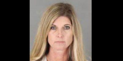 Maestra arrestada por presuntas relaciones con alumno