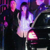 En las imágenes se puede observar como Selena es rodeada por varios autos de la policía. Foto:Grosby Group