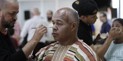 El maquillista Elis Mesa mientras caracteriza al actor Roque García. Foto:Roberto guzmán.