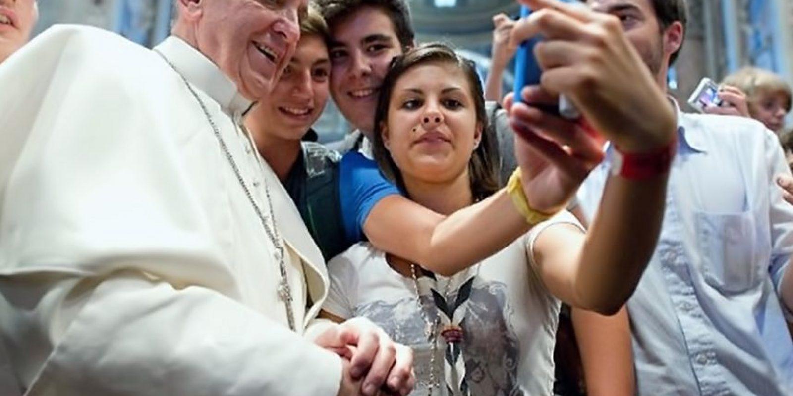Papa tecnológico. Francisco es un pontífice a tono con los tiempos. Este fue el primer selfie de un Papa del que se tenga noticia, tomado en la iglesia de San Agustín, en Roma, con un grupo de jóvenes católicos italianos el 28 de agosto de 2013.