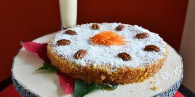 Cake de zanahoria, piña y coco con crema de ponche. Este delicioso postre de Erika Infante, profesora del IDC, hará suspirar a todos.Ingredientes1 ½ tazas de aceite, 1 ½ tazas de azúcar, 4 huevos, ½ taza de leche evaporada, 2 tazas de harina de trigo, 1 cucharadita de bicarbonato de soda y 3/4 cucharadita de sal. 1 ½ cucharaditas de polvo de hornear, 2 ½ cucharaditas de canela en polvo, ½ taza de coco rallado, 3 zanahorias medianas, peladas y ralladas, 1 taza de piña, pelada y rallada, y 1 taza de nueces trituradas.Para la crema. 1 cucharada de fécula de maíz, ½ taza de agua, 1 taza de leche evaporada, ½ taza de leche condensada, 2 yemas de huevo, 1 ½ cucharadas de vainilla, 1 ½ cucharada de ron y ½ cucharadita de nuez moscada. Preparación1. Para la crema de ponche. Lleva todos los ingredientes al fuego, excepto el ron, cocina hasta espesar, retira del fuego, deja refrescar, vierte el ron y reserva.2. En la batidora bate el aceite y el azúcar, agrega los huevos uno a uno, vierte la leche evaporada, continúa batiendo hasta unificar bien, reserva.3. Aparte, cierne la harina, el bicarbonato de soda, la sal, el polvo de hornear y la canela. Agrega la mezcla reservada moviendo en forma envolvente, añade el coco, la zanahoria, la piña y las nueces.4. Vierte la mezcla en un molde previamente engrasado y enharinado, lleva al horno precalentado a 350ºF por 40 minutos o hasta que al introducir un palillo este salga limpio. Retira del horno, deja refrescar, desmolda y sirve con la crema reservada. Foto:Mario de Peña