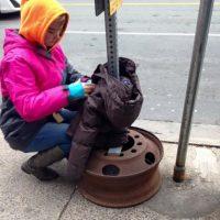 Cuelgan las chaquetas en la calle. Foto:Vía Facebook/tara.smithatkins