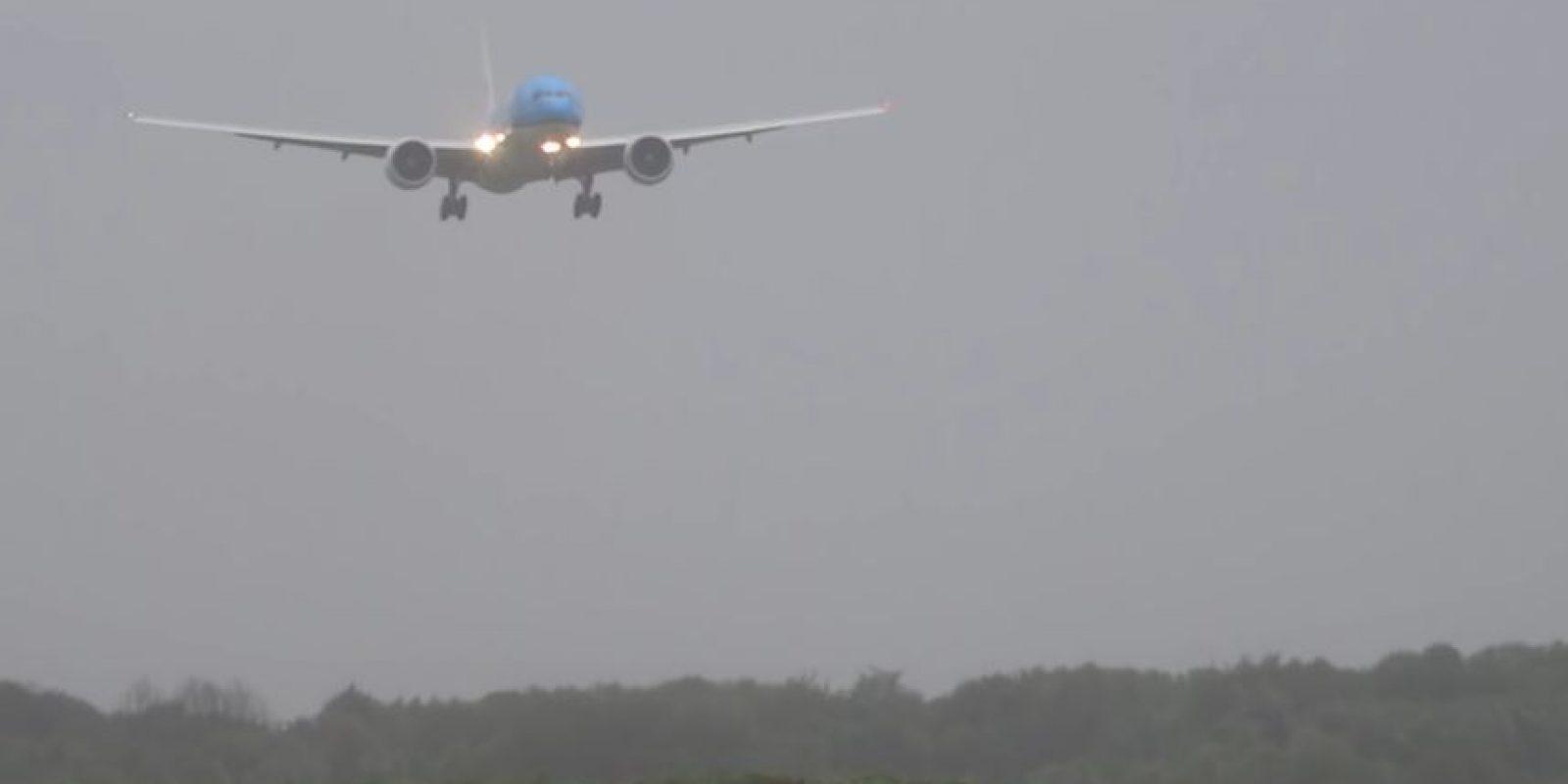 En julio, un avión de pasajeros de KLM aterrizó con dificultad en Amsterdam. Foto:Vía Youtube