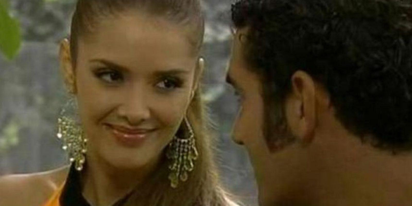 """Marlene Favela era """"Sonia"""", la primera esposa de """"Alejandro"""" y quien se muere cayéndose de un puente de vidrio luego de pelear con """"Rubí"""". Foto:vía Televisa"""