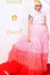 Con este vestido en los Emmy del año pasado parecía mil veces más grande de lo que es. Foto:vía Getty Images