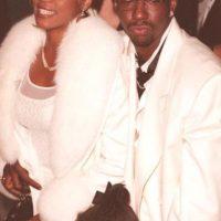 La de Whitney Houston y Bobby Brown quizás es el ejemplo más claro de cómo puede terminar una famosa si se engancha con alguien igual o peor de adicto a ella. Foto:vía Getty Images