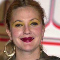 Drew Barrymore no pudo escoger peores colores. Foto:vía Getty Images