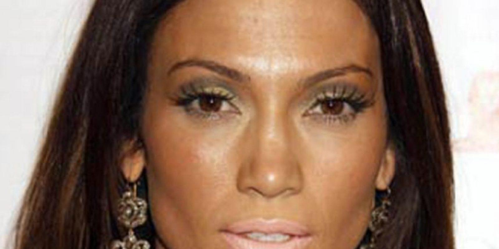 J Lo falló en el tono de la base de maquillaje, ojos y labios. Foto:vía Getty Images