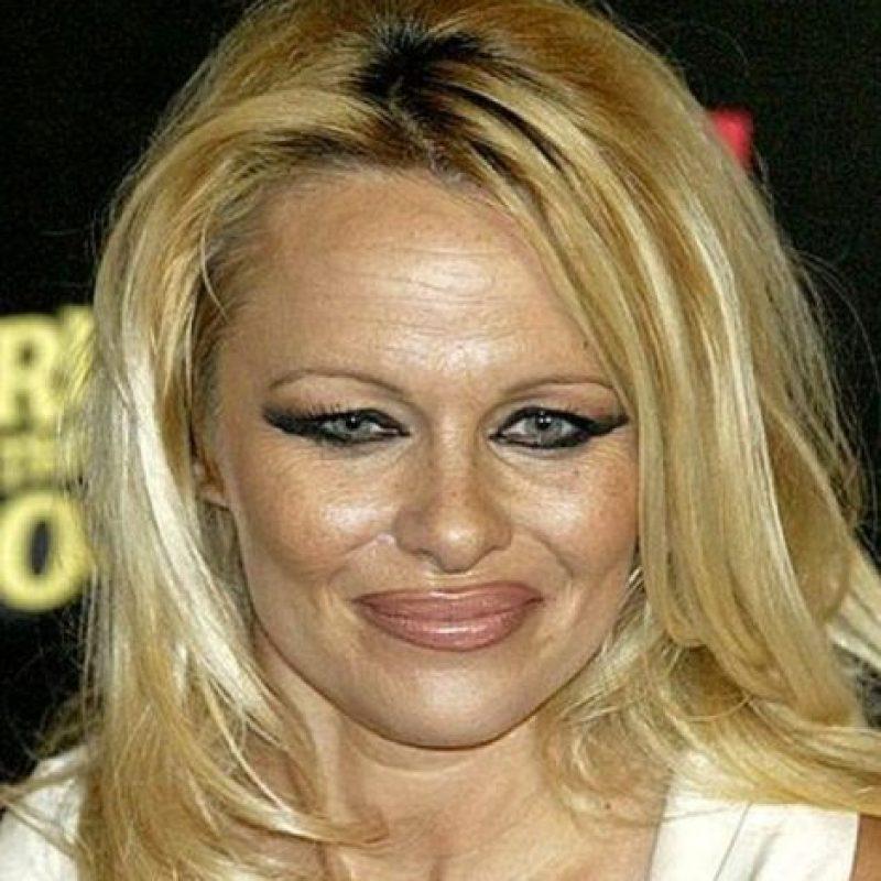 Pamela Anderson se ve terrible con las cejas delgadas y el delineador marcado. Foto:vía Getty Images