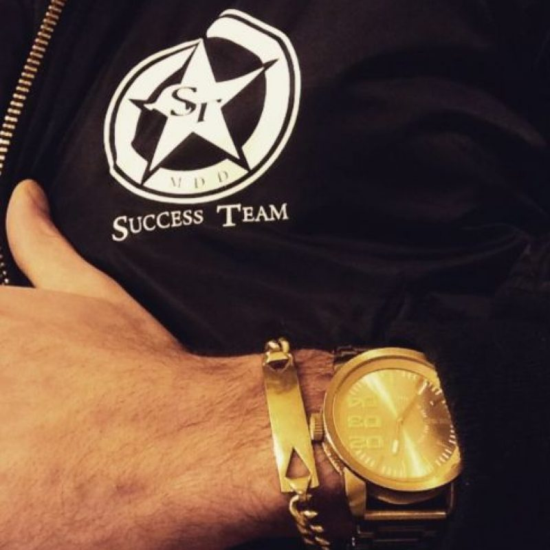 Este reloj es de oro puro con incrustaciones de diamantes. Foto:Vía Instagram/@omarborkan