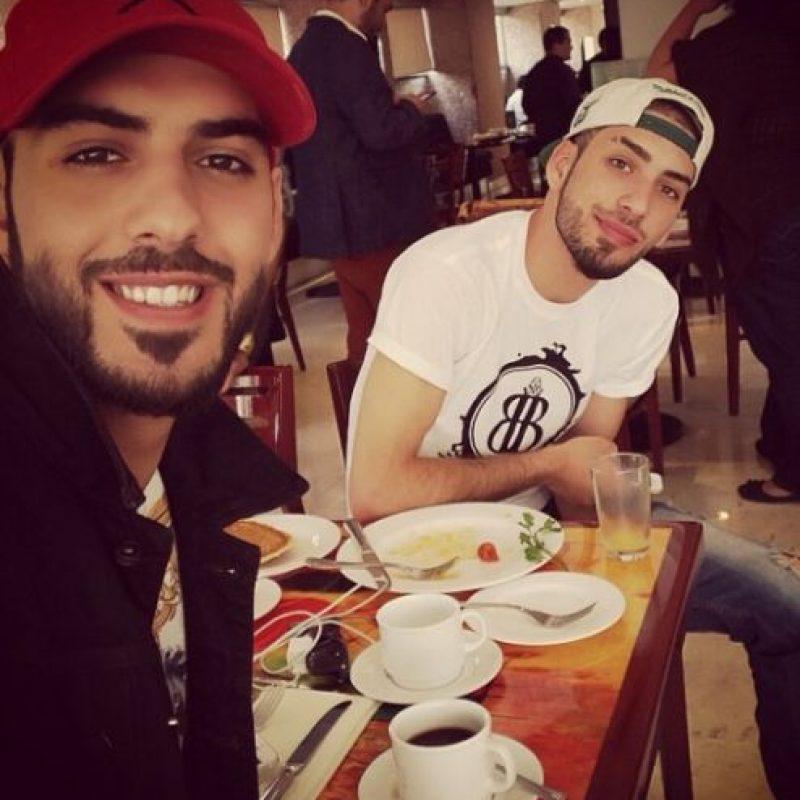 Aquí algunos años después. A la izquierda Omar, a la derecha Ain. Foto:Vía Instagram/@omarborkan