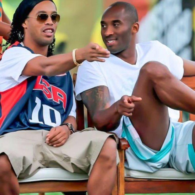 Y también sus momentos al lado de otros deportistas como el basquetbolista Kobe Bryant Foto:Vía instagram.com/ronaldinho