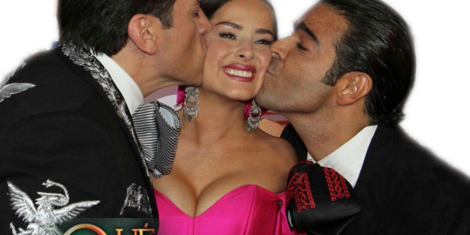 Se criticó que el guión estuviese enrevesado, ya que en la novela colombiana el protagonista se iba de México para Colombia y encontraba un refugio. Acá huye de Estados Unidos a México. Foto:vía Televisa