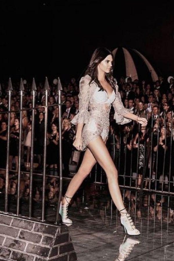 Kendall Jenner abriendo el show. Foto:vía Instagram/victoriassecret