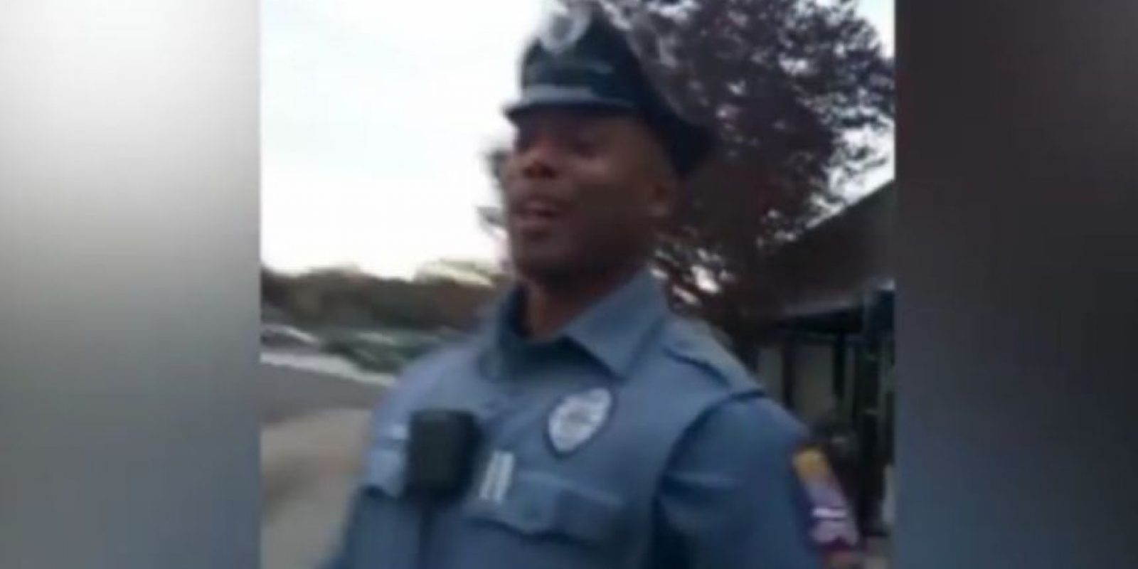El oficial Kenya Joyner decidió comprarle zapatos a un vagabundo luego que expulsaran al hombre de un autobús. Foto:Vía Youtube