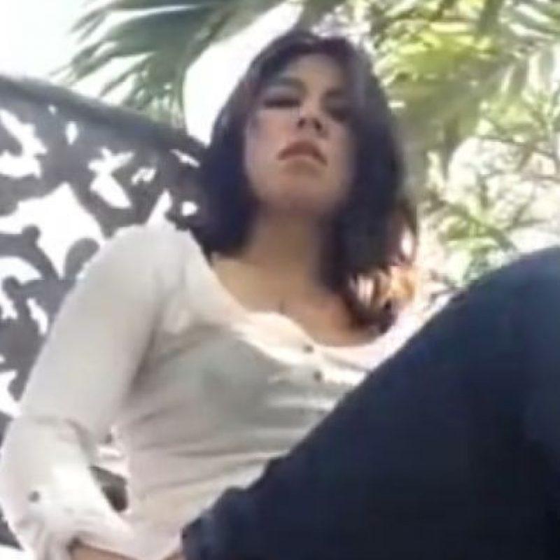 La mujer que es protagonista de varios videos virales en los que aparece desnuda fue víctima de esta práctica común. Foto:vía Youtube