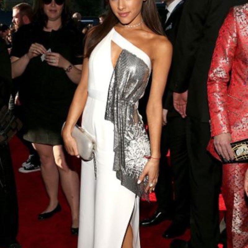Ariana Grande, con el pedazo de otra tela sobrante. Foto:vía Getty Images