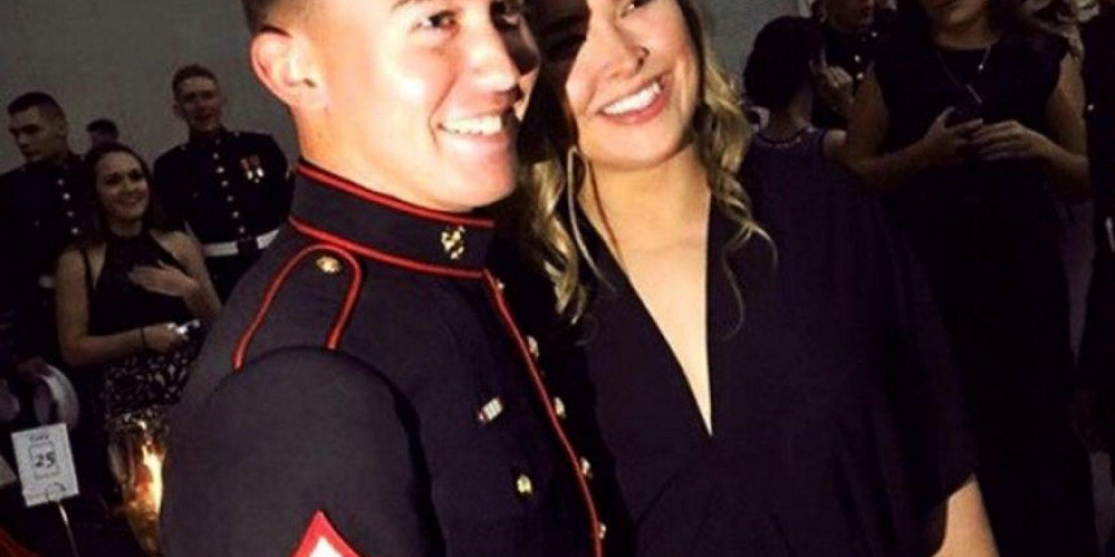 ¡Cumplió! A pesar de estar lesionada de la mandíbula, y ser derrotada por Holly Holm hace un mes, Ronda Rousey acompañó a un joven marino a su baile anual. Foto:Vía instagram.com/rondarousey