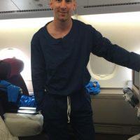 """""""Listo para viajar. Un poco grande el pijama pero cómodo"""", escribió Lionel Messi antes de que el Barcelona tomara el vuelo que los lleva a Japón, para disputar el Mundial de Clubes. Foto:Vía instagram.com/leomessi"""
