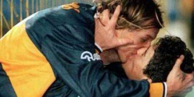 6. Claudio Caniggia y Diego Maradona: Es el beso más recordado en el fútbol. En 1996, Boca Juniors goleó 4-1 a River Plate, que recién se había coronado en la Copa Libertadores. En este partido, Caniggia marcó tres goles y Maradona lo felicitó con este beso en la boca. Foto:Vía twitter.com/FutbolTotalHn
