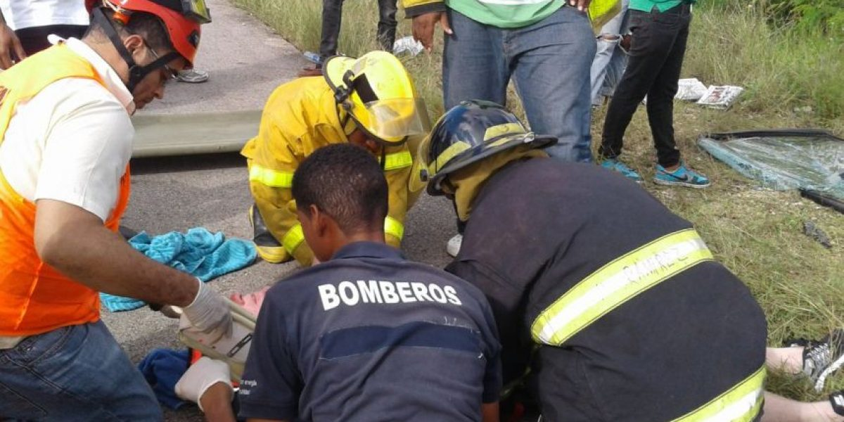 Autobús turístico sufre aparatoso accidente en Autovía del Coral