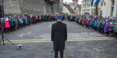 Niños en una escuela de Estonia realizan un minuto de silencio por las víctimas de los atentados terroristas. Foto:AFP