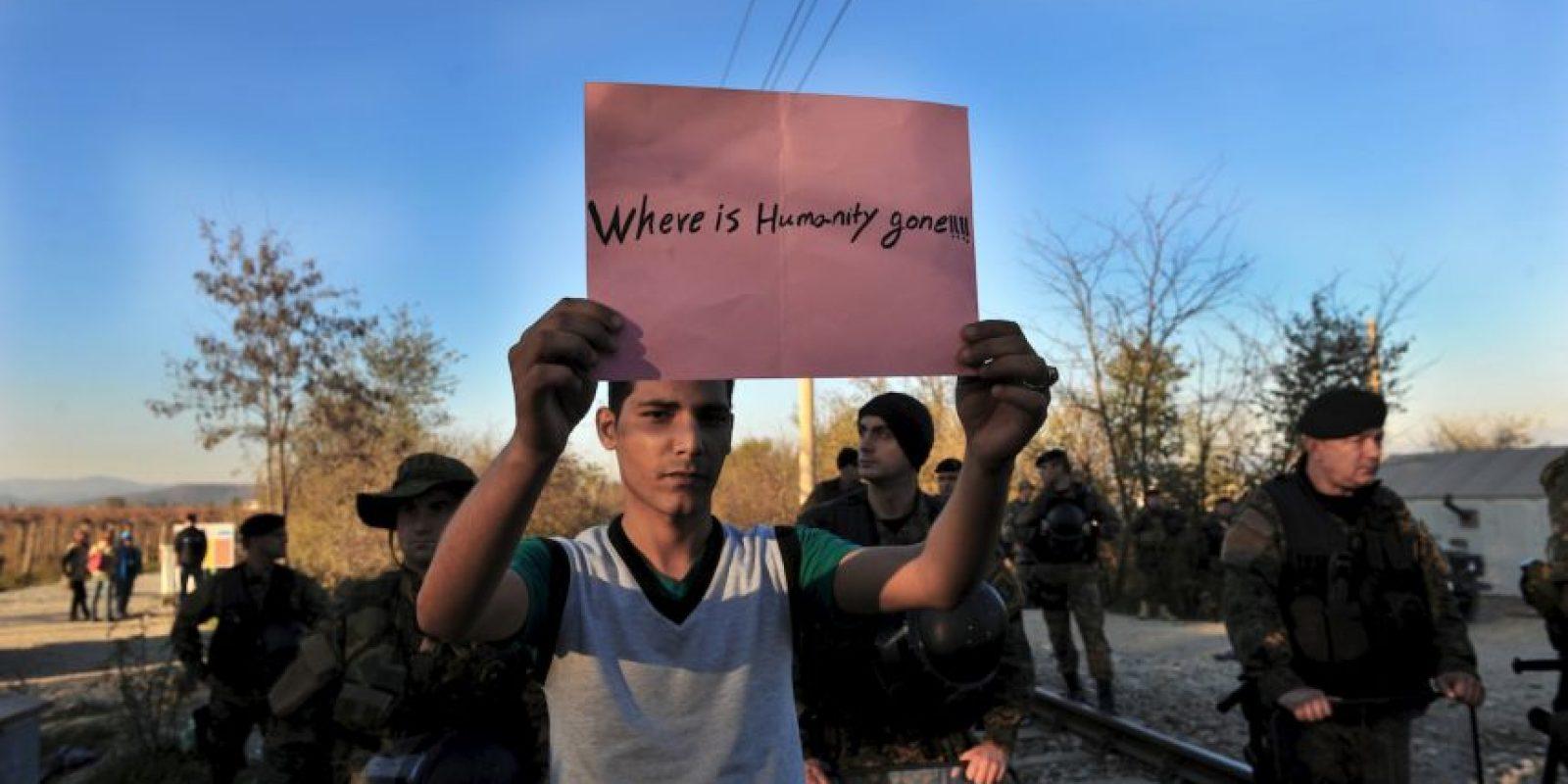 """Migrante sostiene un letrero en el que pregunta: """"¿A dónde se ha ido la humanidad?"""" Foto:AFP"""